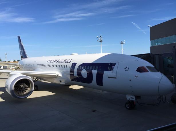 LOT będzie używał Dreamlinerów na trasach międzykontynentalnych (tzw. long hual). Spółka ma ich coraz więcej. Tylko w tym roku polski przewoźnik uruchomił regularne rejsowe loty do Los Angeles i Newark w USA, a wcześniej do Pekinu i Tokio. Na zdj. Boeing 787 Dreamliner w barwach LOT-u na lotnisku przy fabryce Boeinga w Everett, 14.07.2017. Stąd maszyna odbędzie swój pierwszy pozarejsowy lot do Warszawy.