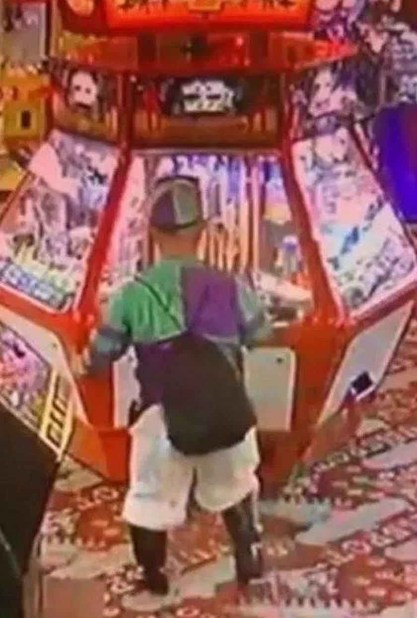 Anglia: Karzeł-bezwstydnik! Pokazał pośladki w salonie gier