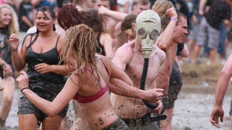 O godzinie 15. w czwartek został oficjalnie otwarty XIX Przystanek Woodstock Na scenie uczestników festiwalu przywitał Jurek Owsiak w towarzystwie legendarnego już na Woodstocku konduktora kolejowego – Romana Polańskiego