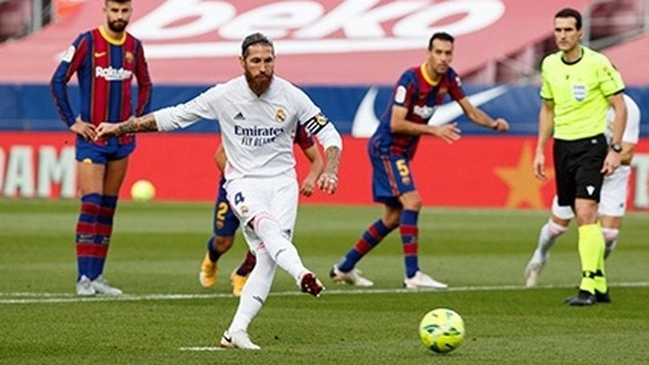 Sergio Ramos wykonuje rzut karny