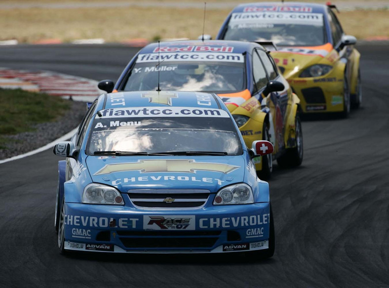 Druga seria - po odwróceniu czołowej ósemki z pierwszego wyścigu na pole position stanął niebieski chevrolet lacetti a w nim Alain Menu