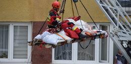 47-latek ze Świnoujścia waży ponad ćwierć tony. Wyniesiono go dźwigiem przez balkon