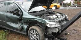 Opel uderzył w słup. Kobieta w zaawansowanej ciąży w szpitalu