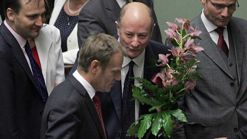 Rostowski zostaje i dostaje kwiaty