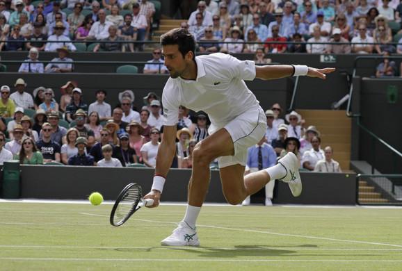 Novak Đoković tokom meča sa Poljakom Hurkačem u šesnaestini finala Vimbldona 2019.