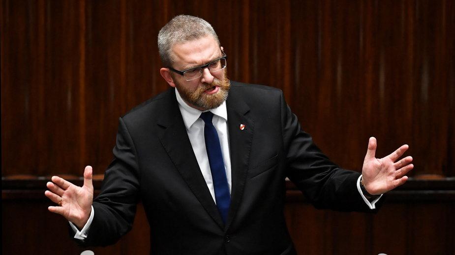 Poseł Konfederacji Grzegorz Braun na sali plenarnej niższej izby parlamentu
