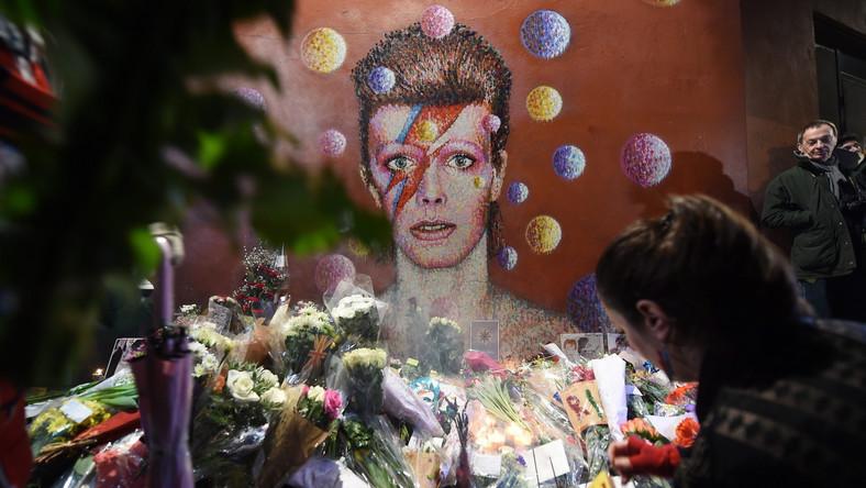 """Śmierć Davida Bowie'ego – trzy dni po 69. urodzinach i krótko po premierze najnowszej płyty """"Blackstar"""" – wywołała wielkie poruszenie. Zobaczcie, jak świat pięknie żegna swego idola."""