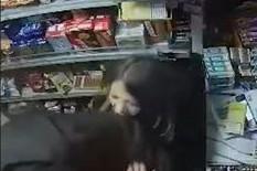 BORBA NA ŽIVOT I SMRT Radnica se borila kao lavica dok joj je maskirani razbojnik držao NOŽ POD GRLOM (VIDEO)