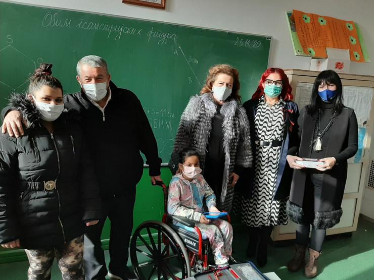 Prva dva tableta uručena učenicama u OŠ Radoje Domanović