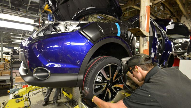 """Nissan odpalił szampana! W brytyjskiej fabryce w Sunderland ruszyła produkcja najnowszej drugiej generacji modelu qashqai. Przypominamy, że poprzednie wcielenie tego auta od chwili rynkowego debiutu w 2007 roku, kupiło sobie ponad dwa miliony osób na świecie. W efekcie samochód stał się kurą znoszącą złote jajka - najważniejszym modelem japońskiego producenta na w Europie. W Polsce nissan qashqai przez lata był bestsellerem i liderem w klasie - nad Wisłą niemal 40 tys. osób wybierało podwyższonego """"japończyka"""". Teraz okazuje się, że nowy model jest zamawiany w Polsce w ciemno - bez dotykania, bez jazdy próbnej… Co i za ile dostają kierowcy?"""
