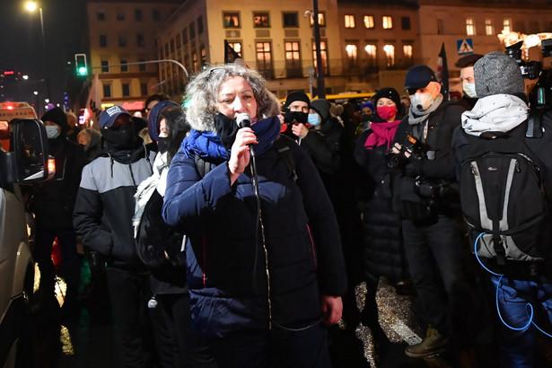 Liderka Strajku Kobiet Marta Lempart podczas protestu pod hasłem #OtwarcieSezonu, zorganizowanego przez Warszawski Strajk Kobiet, ze wsparciem Ogólnopolskiego Strajku Kobiet