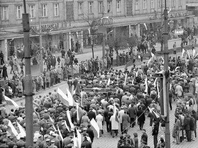 Ustawa dezubekizacyjna dotknie na pewno 50 tys. osób. Na zdjęciu: Pochód pierwszomajowy we Wrocławiu w 1982 r.