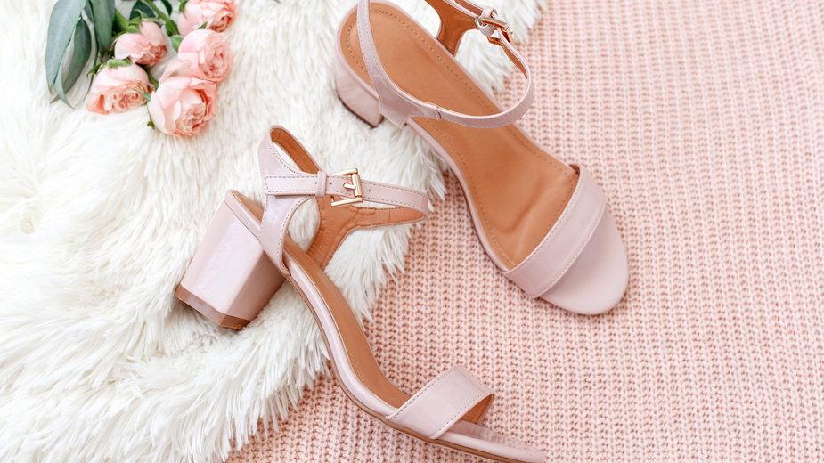 Pastelowe sandały, które świetnie pasują do letnich stylizacji