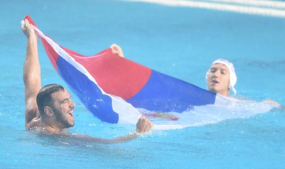 Trobojka u bazenu tokom slavlja