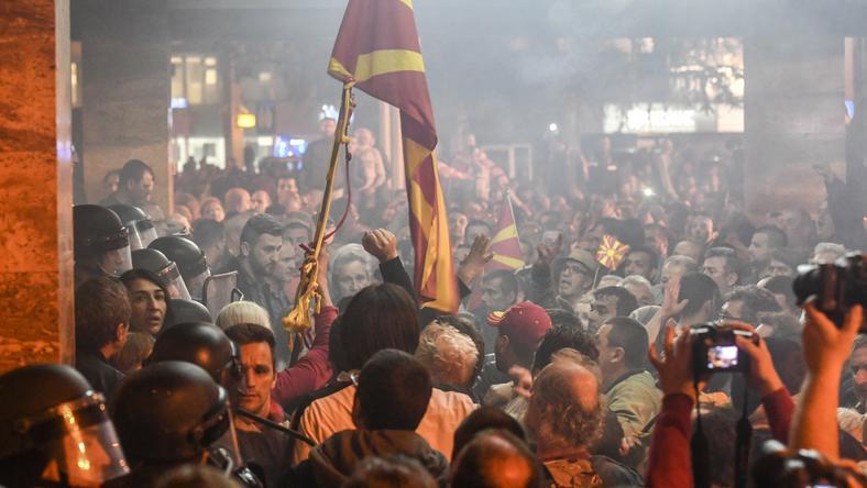Protestujący szturmują parlament w Skopje