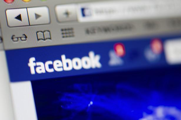 """Kandydatów pasywnych warto szukać drogą on-line. Kiedy Facebook przetestował teorię """"6 stopni oddalenia"""" S. Milgrama, zgodnie z którą w społeczności dwie osoby dzieli od siebie tylko 6 uścisków dłoni, okazało się, że dla 99,6 proc. par użytkowników Facebooka odległość od siebie wynosi jedynie 5 stopni oddalenia. Dla HR-owców to bardzo dobra nowina, gdyż oznacza, że wśród znajomych i znajomych znajomych kryje się kandydat do pracy. Jednak znajomi to nie wszystko, dlatego warto również korzystać z możliwości prowadzenia rekrutacji na Facebooku. Siłą FB jest także opcja dotarcia poprzez reklamę pod konkretnego kandydata np. z danej lokalizacji, w konkretnym wieku czy o pożądanej specjalizacji."""