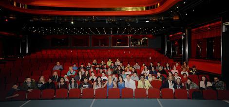 Učenici su nakon predstave napravili grupnu fotografiju sa glumcima