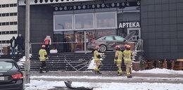 Kierowca audi wjechał w Płocku do... Jak on to zrobił?