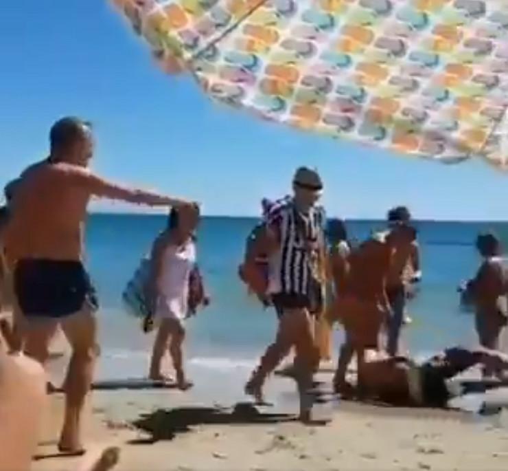 Navijač Juventusa na plaži