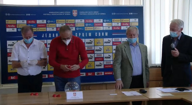 Ilija Petković, drugi s desne strane, čeka da počne ceremonija žreba Kupa Srbije