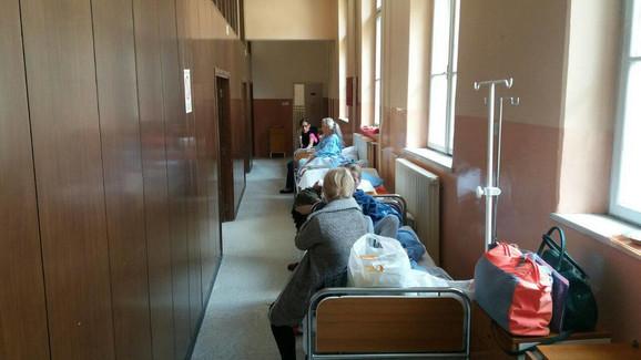 Pacijentkinje na odeljenju ginekologije leže u hodnicima