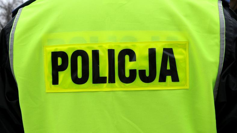 We wskazanym przez ofiarę mieszkaniu policjanci znaleźli broń pneumatyczną, a także maczety, noże, pałki i narkotyki