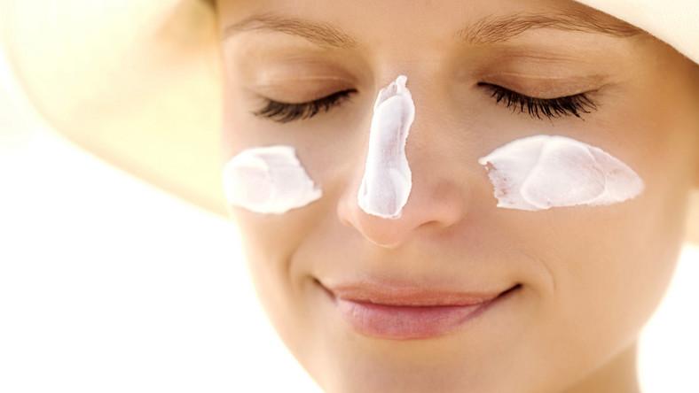 Kobieta z kremem przeciwsłonecznym na twarzy