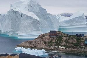SPASAVAJ SE KO MOŽE Džinovska santa plovi pravo ka obali i kućama (FOTO)