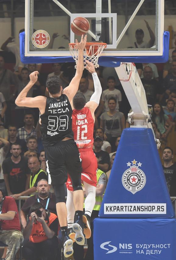 Bili Beron posle greške u koracima postiže koš za titulu KK Crvena zvezda u četvrtom meču sa KK Partizan