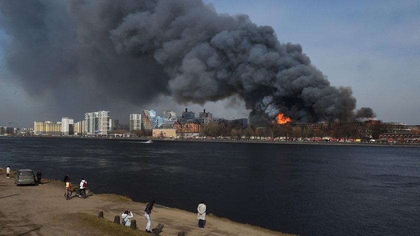 Pożar zabytkowej fabryki. Zginął strażach, dwóch walczy o życie
