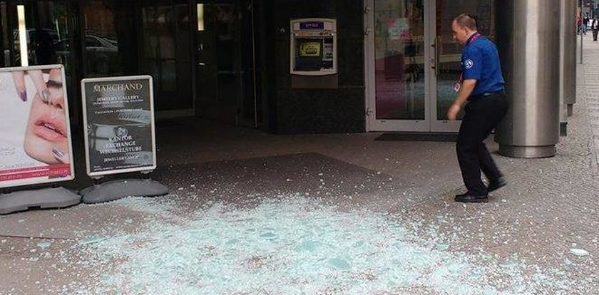 O krok od tragedii! Tafla szkła spadła na chodnik
