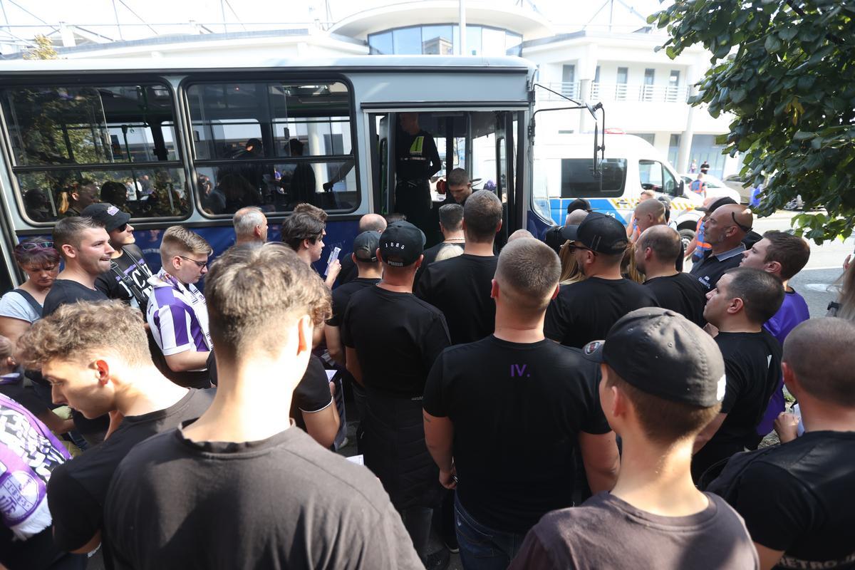 Fradi-Újpest - Elindultak a sorsdöntő meccsre a lilák szurkolói, a füstbombát se hagyták otthon - fotók