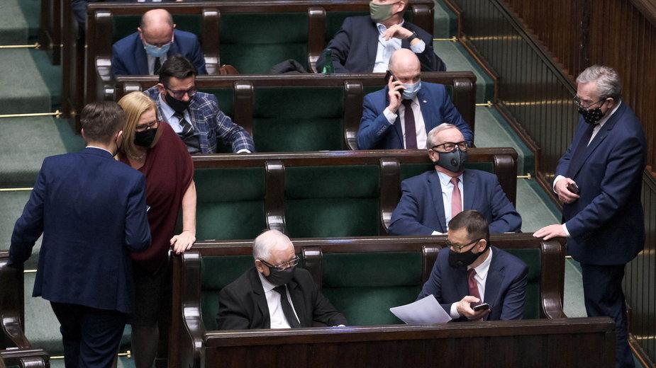 Politycy PiS w Sejmie. Na pierwszym planie Jarosław Kaczyński i Mateusz Morawiecki