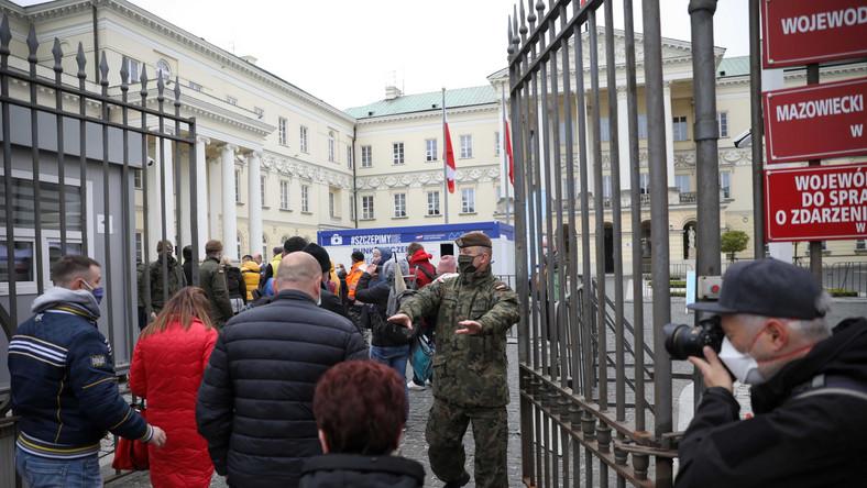 Kolejka przed punktem szczepień masowych przeciwko Covid-19 na placu Bankowym w Warszawie
