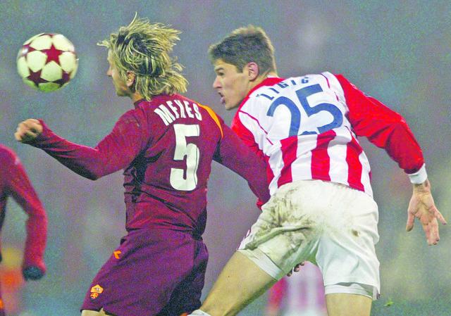 Bio je nerešiva enigma za Romu: Nikola Žigić u duelu sa Filipom Meksesom 2005. godine