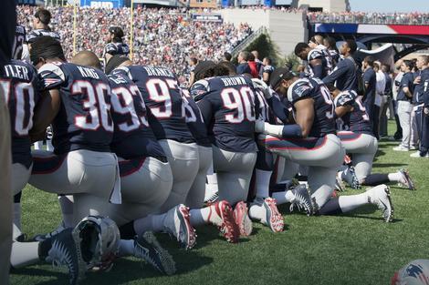 Nju Ingland Pejtriotsi kleče tokom himne SAD