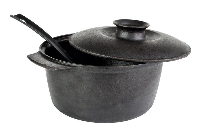 O naczynia żeliwne trzeba dbać. Aby nie pokryła ich rdza, po umyciu trzeba je odpowiednio natłuścić. W przeciwnym razie grozi nam zatrucie ołowiem