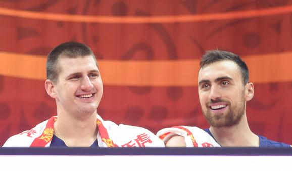 Na klupi je bilo baš zabavno, očigledno su svi uživali što je konačno krenuo Mundobasket