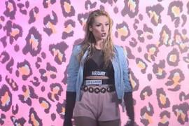 NIJE SE TOME NADALA Radi Manojlović je kratak šorts napravio HAOS i svi su zurili u njenu guzu (VIDEO)