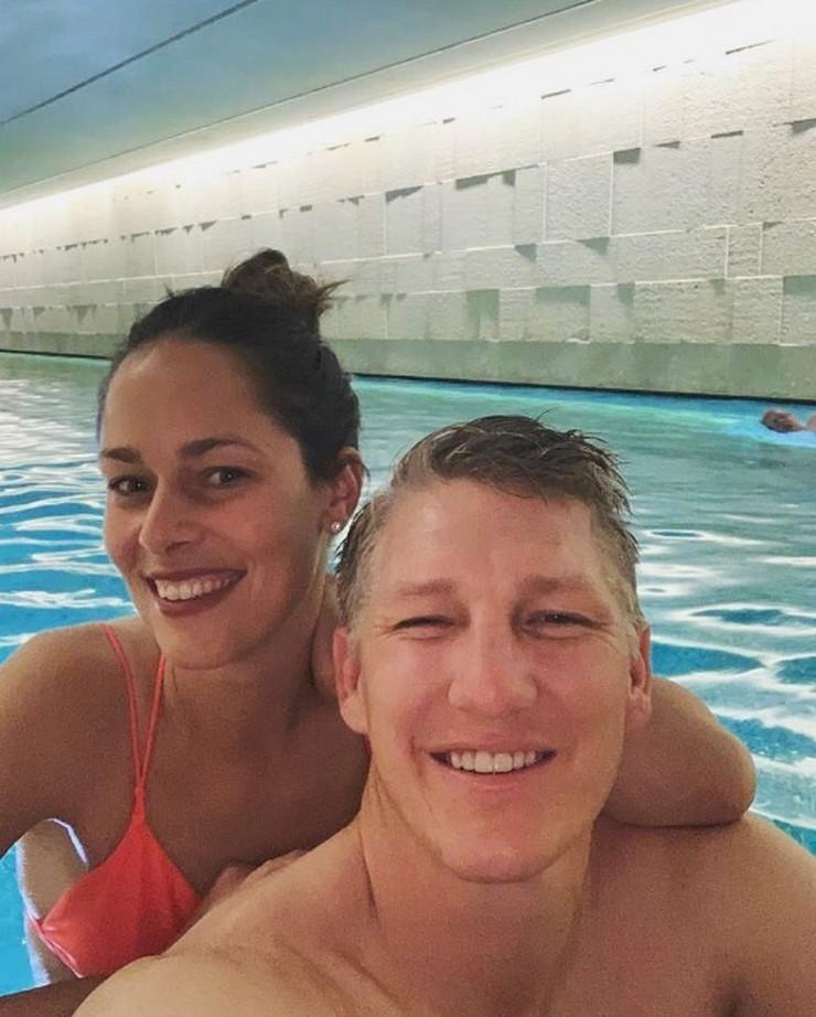Ana Ivanović i Bastijan Švajnštajger uživaju u bazenu