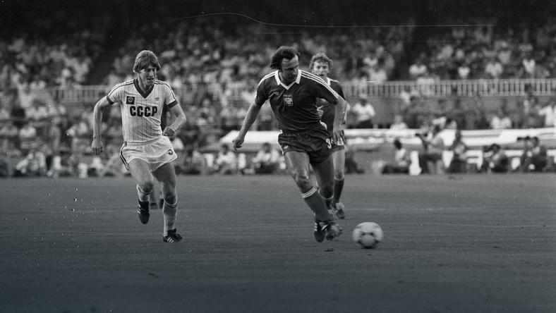 Mecz ZSRR - Polska na MŚ 1982, przy piłce Janusz Kupcewicz, w tle Zbigniew Boniek