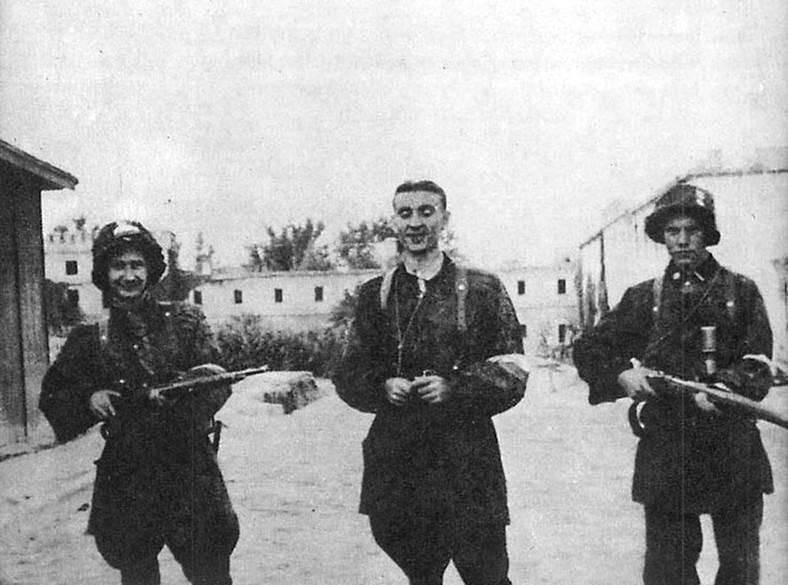 """Żołnierze kompanni """"Giewont"""" batalionu AK """"Zośka"""" 5 sierpnia 1944 r. po zdobyciu Gęsiówki. W środku stoi Stanisław Kozicki """"Howerla"""", po prawej podchorąży Michał Światopełk-Mirski """"Orlicz"""""""