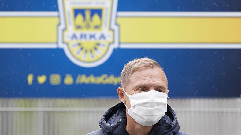 Nowy trener Arki Ireneusz Mamrot wychodzi ze stadionu w Gdyni