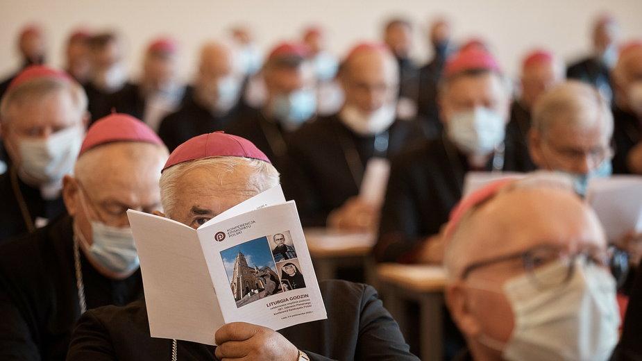 Czternastu biskupów Konferencji Episkopatu Polski ma obecnie COVID-19. Jeden zmarł we wtorek