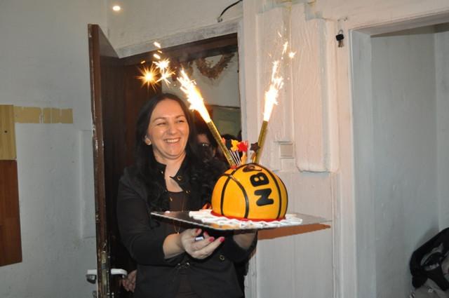 Danijela Caranović donosi rođendansku tortu