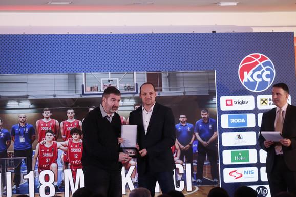 Aleksandar Bućan, selektor zlatnih juniora, primio je nagradu od potpredsednika KSS-a Igora Rakočevića