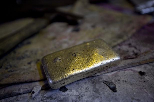 Świeżo odlana sztabka złota w Dvir & Stoler Refining w Nowym Jorku, USA.