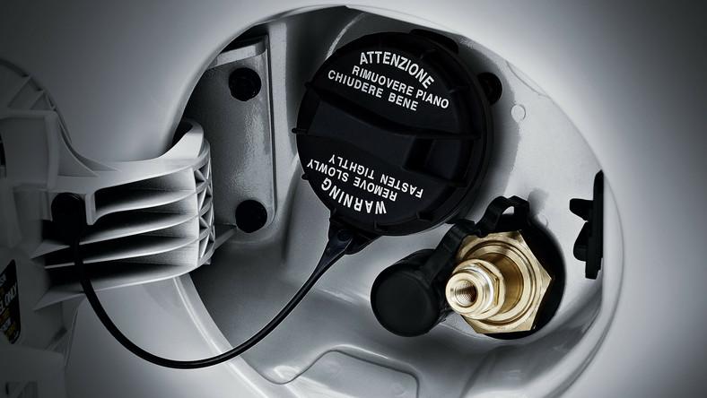 W opinii konstruktorów w trybie zasilania LPG picanto ma zużywać średnio 5,8 l/100 km. W wersji z systemem oszczędnościowym Kia Stop/Start (ISG) zużycie paliwa spada do 5,6 l/100 km. Nowa kia picanto LPG wyposażona jest w dwa zbiorniki paliwa - na benzynę, o pojemności 35 litrów, przed tylną osią oraz 27-litrowy zbiornik ciśnieniowy LPG, umieszczony pod podłogą bagażnika we wnęce na koło zapasowe. Pojemność bagażnika z siedzeniami tylnymi wynosi 152 l. Zamiast koła zapasowego picanto wyposażone jest w zestaw naprawczy ogumienia.