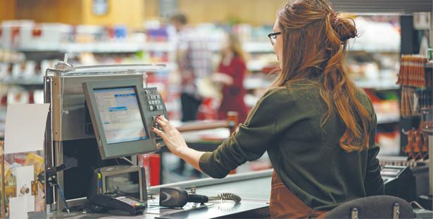 Część handlu przeniosła się do internetu, ale pracy jest dużo i płace w wielu sklepach rosną