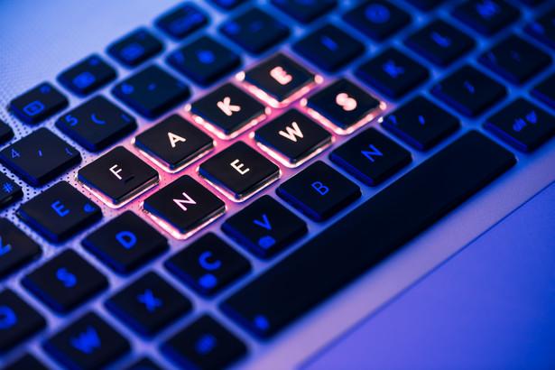 """""""Fake newsy to nie jest nowość w świecie informacji. Istnieją od zawsze, tylko teraz zwiększyła się skala tego zjawiska"""" – wyjaśnia Rafał Pikuła."""